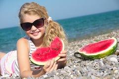 Kind op het overzees met watermeloen Royalty-vrije Stock Foto's