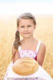 Kind op het tarwegebied royalty-vrije stock foto