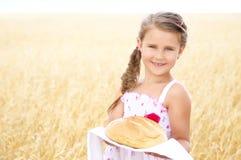 Kind op het tarwegebied royalty-vrije stock fotografie