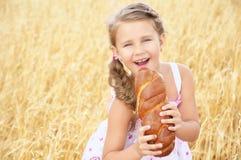 Kind op het tarwegebied Stock Foto