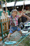 Kind op hinderniscursus stock afbeeldingen