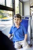 Kind op openbare bus stock foto