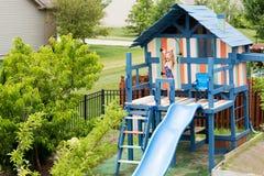 Kind op persoonlijke speelplaats vastgestelde golvende handen Royalty-vrije Stock Foto's