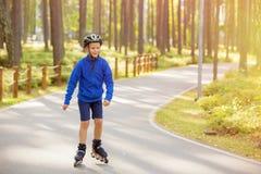 Kind op rolschaatsen stock afbeeldingen