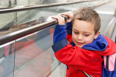 Kind op roltrap royalty-vrije stock afbeelding