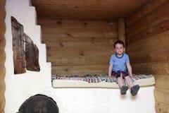 Kind op Russisch fornuis stock afbeelding