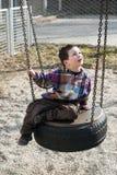 Kind op schommeling stock afbeeldingen