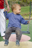 Kind op schommeling Stock Foto's