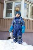 Kind op sneeuwheuvel Stock Fotografie