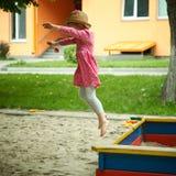 Kind op speelplaats in de zomerpark Royalty-vrije Stock Afbeeldingen