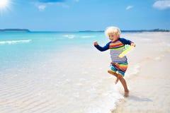Kind op tropisch strand Overzeese vakantie met jonge geitjes stock foto's
