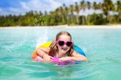 Kind op tropisch strand Overzeese vakantie met jonge geitjes stock afbeelding
