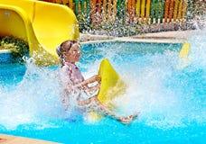 Kind op waterdia bij aquapark. Stock Afbeelding
