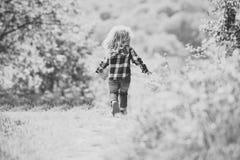 Kind op weg in de lente of de zomerpark in werking dat wordt gesteld dat royalty-vrije stock afbeeldingen