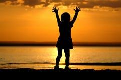 Kind op zonsondergang Stock Afbeelding