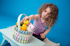 Kind, Ostern-Tätigkeit mit Häschen und Eier Stockbild