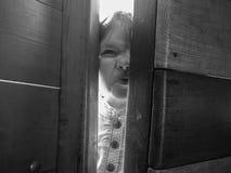 Kind passt über den Zaun auf Stockfotografie