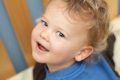 Kind, peuter in een voederbak Stock Foto