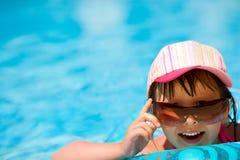 Kind in pool stock foto