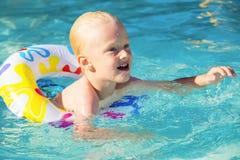 Kind in pool Royalty-vrije Stock Afbeelding