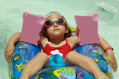Kind in pool het ontspannen Stock Fotografie