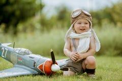 Kind proef Jong geitje die in openlucht spelen Jong geitje proef met toy jetpack ag stock afbeelding