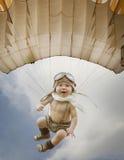 Kind proef Jong geitje die in openlucht spelen Jong geitje proef met toy jetpack ag stock foto