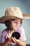 Kind putzt sich in einem Cowboyhut Lizenzfreies Stockfoto