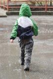 Kind in regen royalty-vrije stock foto