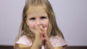 Kind reibt sein Gesicht stock video footage