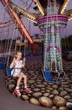 Kind reitet ein Karussell Stockbild