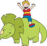 Kind reitet einen Dinosaurier Stockfotografie