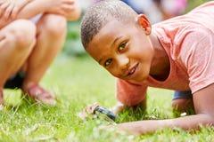 Kind-researchs Natur wie Detektiv stockfoto