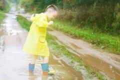 Kind in rubberlaarzen het spelen royalty-vrije stock fotografie