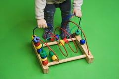 Kind-` s Abakus auf dem Boden Lokalisiert auf Hintergrund kerben Lizenzfreie Stockfotos
