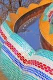 Kind- ` s Dia auf dem Kind-` s Alice im Märchenlandspielplatz in der malerischen Gasse stockbild