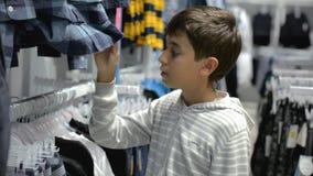 Kind-` s Einkaufen Speicher für Kinder stock video footage
