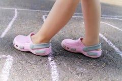 Kind-` s Füße auf dem Asphalt Stockfotografie