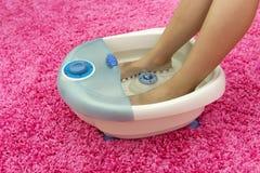 Kind-` s Füße in einem vibrierenden Fuß Massager Elektrische Massage f Lizenzfreies Stockbild