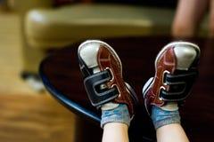 Kind-` s Füße entspannten sich in den Bowlingspielschuhen Lizenzfreie Stockfotos