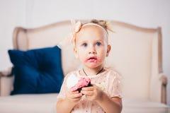 Kind-` s Geburtstag lustiges zweijähriges kaukasisches Mädchen im rosa Kleid, das zum Schlafzimmer des Hauses den Hintergrund der stockfoto
