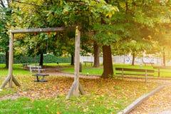 Kind-` s hölzernes Schwingen im Herbstpark lizenzfreies stockfoto