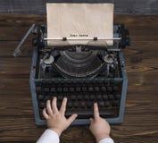 Kind` s hand het schrijven brief aan Santa Claus op uitstekende schrijfmachine in afwachting van de vakantie van Kerstmis stock afbeeldingen