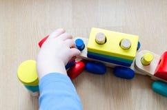 Kind` s hand met een stuk speelgoed royalty-vrije stock foto's