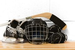 Kind-` s Hockeygang: Sturzhelm, Stock, Handschuhe, Rochen stockfoto
