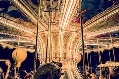 Kind-` s Karussell an einem Vergnügungspark in der Abend- und Nachtbeleuchtung Lizenzfreies Stockbild