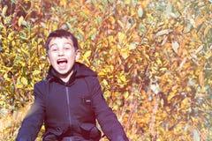 Kind-` s Mode Herbstkind-` s Kleidung ein Junge in einer schwarzen Jacke auf einem gelben Hintergrund Informelle Art lizenzfreie stockfotografie