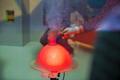 Kind-` s Partei Zu die Seifenblase sprengen Seifenblaseshow stockfotografie