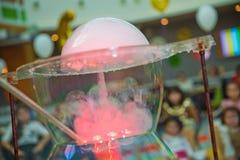 Kind-` s Partei Zu die Seifenblase sprengen Seifenblaseshow stockbild