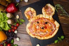 Kind-` s Pizza mit Summen Lizenzfreie Stockfotografie